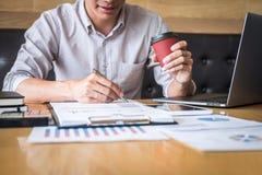 Zakenmanaccountant het werk controle en het berekenen de balansverklaring van het uitgaven financi?le jaarlijkse financi?le versl royalty-vrije stock foto's