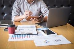 Zakenmanaccountant het werk controle en het berekenen de balansverklaring van het uitgaven financi?le jaarlijkse financi?le versl stock foto's