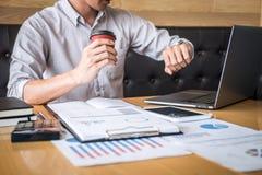 Zakenmanaccountant het werk controle en het berekenen de balansverklaring van het uitgaven financi?le jaarlijkse financi?le versl royalty-vrije stock fotografie