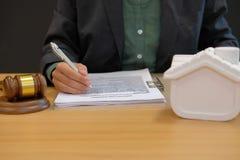 zakenmanadvocaat met het contractovereenkomst van de hypotheeklening buying stock afbeeldingen