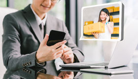 Zakenmanceo de doos van het ordeproduct van jonge vrouwelijke Aziatische kleine bedrijfseigenaar die telefoon, laptop met behulp  Royalty-vrije Stock Foto