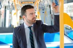 Zakenmanforens die op metro reizen stock foto