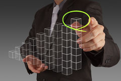 Zakenmanhand die een cirkeldiagram trekt Stock Afbeelding