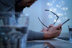 Zakenmanhand die het mobiele betalingen online winkelen, potlood, om gebruiken stock illustratie