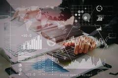 zakenmanhand die met financiën over kosten en calculator werken royalty-vrije stock afbeelding