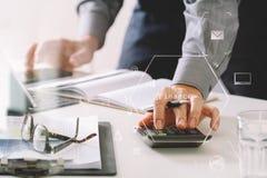 zakenmanhand die met financiën over kosten en calculator werken stock illustratie