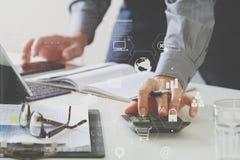 zakenmanhand die met financiën over kosten en calculator werken royalty-vrije illustratie