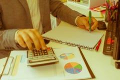 Zakenmanhand die pen voor het schrijven van gegevensinformatie gebruiken over administratieconcept Een zakenman die wat administr stock fotografie
