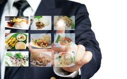 Zakenmanhand die selectie van voedselmenu maken met digitaal touch screen royalty-vrije stock afbeeldingen