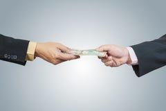 Zakenmanhand en geld aan andere royalty-vrije stock foto