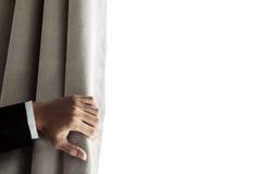 Zakenmanhand het openen gordijn, die helder licht in de ochtend ontvangen Met exemplaarruimte Stock Fotografie