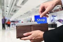 Zakenmanhanden die geld het Winkelen concept op bruine portefeuille trekken royalty-vrije stock fotografie