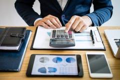 Zakenmanhanden die tekstinformatie over digitale tablet gebruiken om financiële statistische grafiekgegevens te analyseren en kos royalty-vrije stock foto