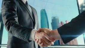 Zakenmanhandenschudden op belangrijke vergadering in de derde versie van Abu Dhabi stock videobeelden