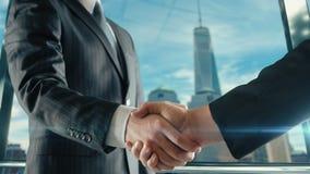 Zakenmanhandenschudden op belangrijke vergadering in de derde versie van Manhattan stock videobeelden