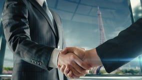 Zakenmanhandenschudden op belangrijke vergadering in Parijs Eiffel stock footage