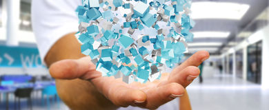 Zakenmanholding die abstract gebied met glanzende kubus 3D vliegen aangaande Royalty-vrije Stock Fotografie