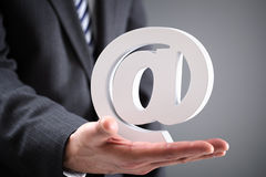Zakenmanholding e-mail bij symbool Royalty-vrije Stock Foto's
