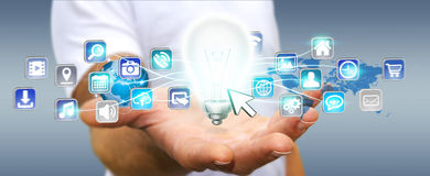 Zakenmanholding lightbulb met digitale pictogrammen Stock Afbeelding
