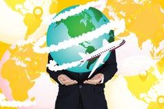 Zakenmanholding met vliegtuigvlieg rond de grafische wereld, Stock Foto's