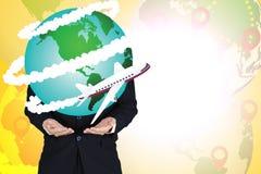 Zakenmanholding met vliegtuigvlieg rond de grafische wereld, Royalty-vrije Stock Foto's