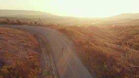 Zakenmanlooppas op zonsondergang stock videobeelden