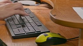 Zakenmanmens het typen op de toetsenbordwerken bij computer stock videobeelden