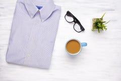 Zakenmanoverhemd op witte houten achtergrond Royalty-vrije Stock Afbeelding