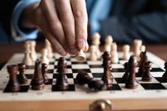 Zakenmanspel met schaakspel concept bedrijfsstrategie en tactiek stock foto's