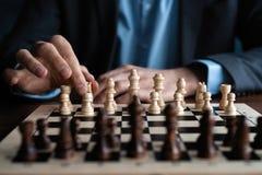 Zakenmanspel met schaakspel concept bedrijfsstrategie en tactiek stock afbeelding