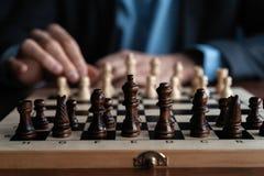 Zakenmanspel met schaakspel concept bedrijfsstrategie en tactiek stock fotografie