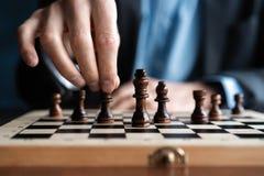 Zakenmanspel met schaakspel concept bedrijfsstrategie en tactiek royalty-vrije stock afbeelding