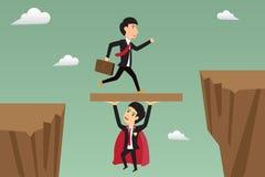 Zakenmansprong door het hiaat door super zakenman wordt gesteund die Stock Foto's