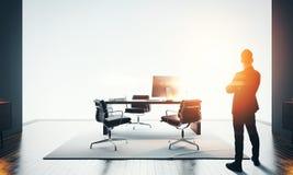 Zakenmantribunes in modern bureau en het bekijken horizon Bokehgevolgen stock afbeeldingen