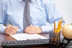 Zakenmanzitting bij bureau die een contract met ondiepe nadruk op handtekening ondertekenen royalty-vrije stock foto