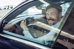 Zakenmanzitting in de auto royalty-vrije stock fotografie