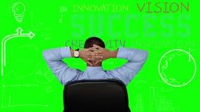 Zakenmanzitting en het bekijken groene interface stock videobeelden
