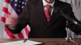 Zakenmanzitting naast Amerikaanse vlag stock footage