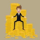 Zakenmanzitting op stapel van gouden muntstuk Stock Fotografie