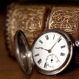 Zakhorloge met Oud Boek Royalty-vrije Stock Fotografie