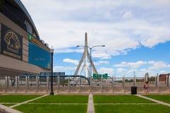 Zakim邦克山纪念桥梁和庭院在波士顿,美国 图库摄影