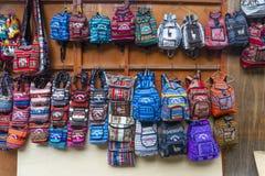 Zakken en handcrafts voor verkoop in een markt dichtbij Machu Picchu in Peru stock foto's
