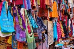 Zakken en kleren bij een oosterse markt Stock Foto's