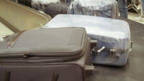 Zakken, koffers die op een transportband bij de luchthaven roteren De riem van de luchthavenbagage met het bewegen van bagage in  stock videobeelden