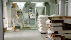 Zakken met bloem in pakhuis van bloemfabriek Bloemvoorraad Molenpakhuis stock footage