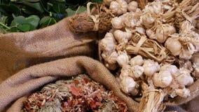Zakken met geassorteerde kruiden Linnenzakken met diverse aromatische die kruiden op markt worden geplaatst stock videobeelden