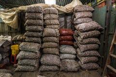Zakken van Aardappels bij Paloqumao-Markt Bogotà ¡ stock fotografie