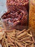 Zakken van droge Spaanse pepers en pijpjes kaneel Stock Afbeeldingen