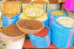 Zakken van fig., knoflook, noten, pinda's en rozijnen in M Royalty-vrije Stock Fotografie