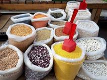 Zakken van korrel en peulvruchten in de bazaar Verkoop van voedsel aan consumenten Voorraden van bepalingen voor huisvrouwen Part stock foto